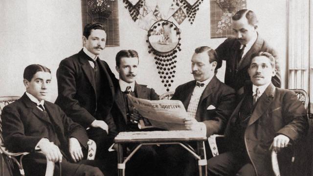 El fundador Joan Gamper compartiendo lectura de la prensa deportiva francesa con unos compañeros no identificados.