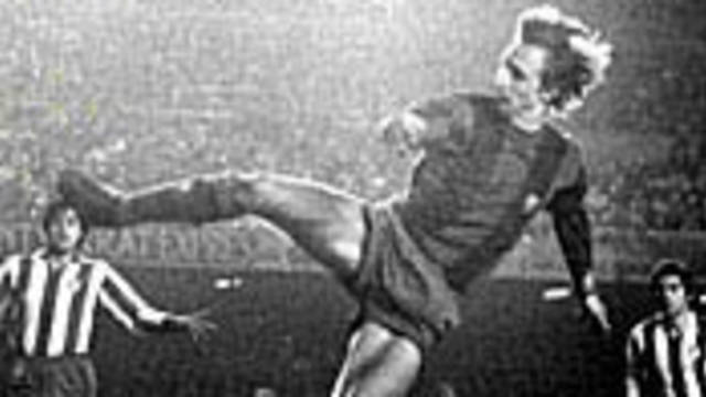 Picture of Cruyff making a spectacular scissors kick