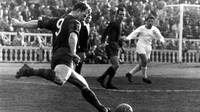 Picture of Ladislau Kubala about to take a shot on goal