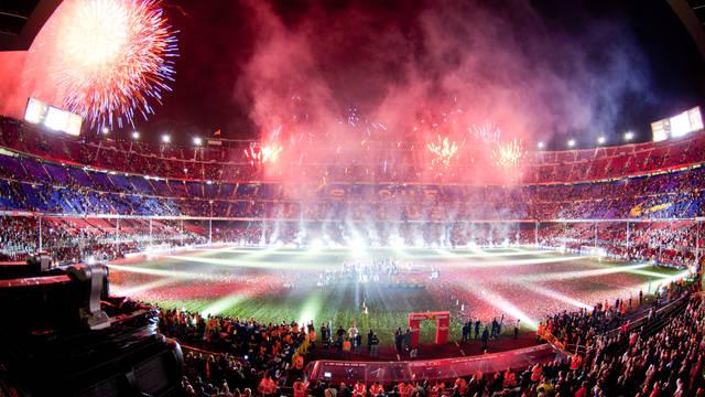 Imagen de una celebración en el Camp Nou con fuegos artificiales