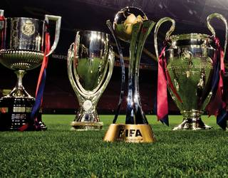 Fotografía de las 6 copas que el FC Barcelona consiguió el año 2009 sobre el césped del Camp Nou