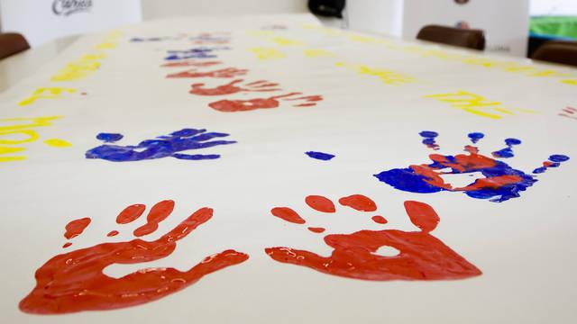 Les petjades amb pintura de les mans d'uns infants