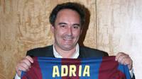 Adrià showing his FCB shirt
