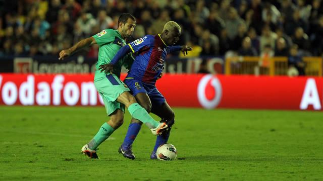 Mascherano and Koné (Levante). PHOTO: MIGUEL RUIZ-FCB.