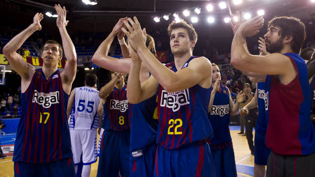 Barça Regal thanking the supporters at the Palau / PHOTO: ARXIU FCB
