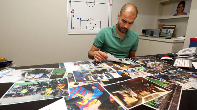 Pep Guardiola, repassant les imatges. FOTO: MIGUEL RUIZ-FCB.