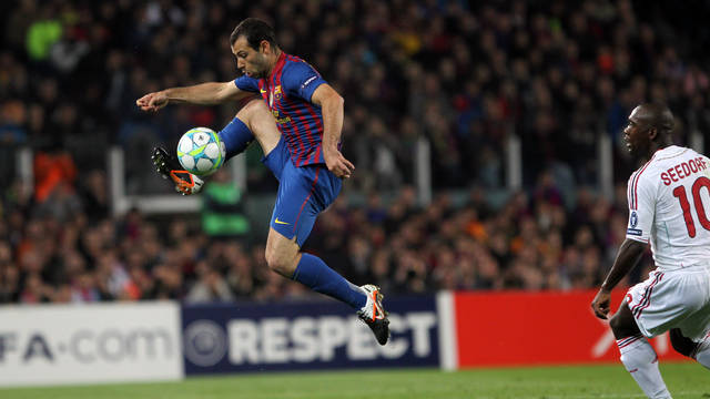 Mascherano playing against AC Milan / PHOTO: ARXIU FCB