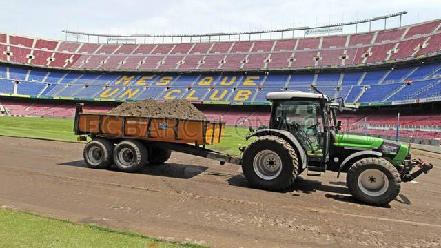 Work underway on new Camp Nou pitch /FOTO: MIGUEL RUIZ-FCB