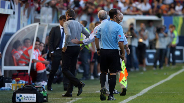 Tito Vilanova leaves the pitch after he's given his marching orders  / PHOTO: MIGUEL RUIZ - FCB