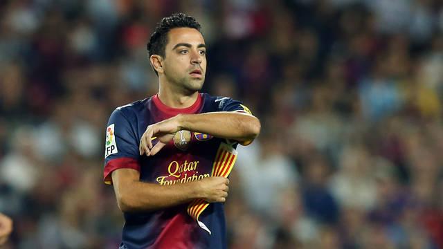 Xavi posant-se el braçalet de capità / FOTO: MIGUEL RUIZ - FCB