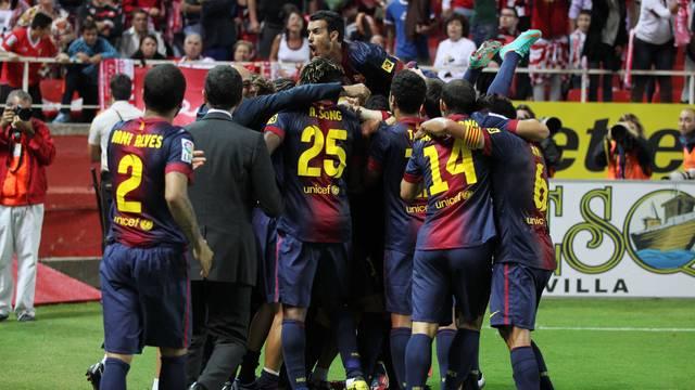L'equip celebra el 2-3 al Sánchez Pizjuán / FOTO: MIGUEL RUIZ-FCB