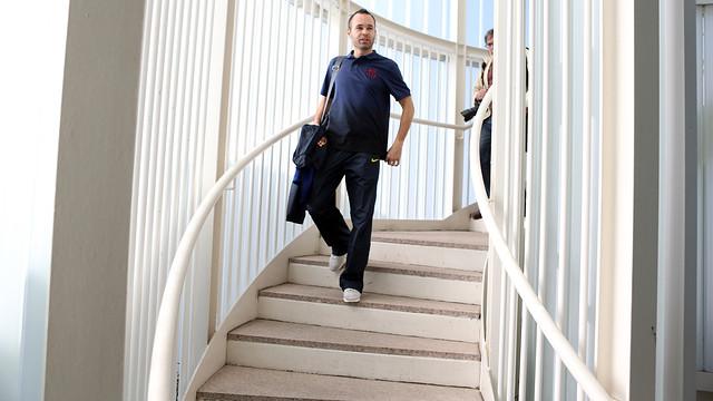 Iniesta, a l'aeroport, durant el viatge a Lisboa. FOTO: MIGUEL RUIZ-FCB.