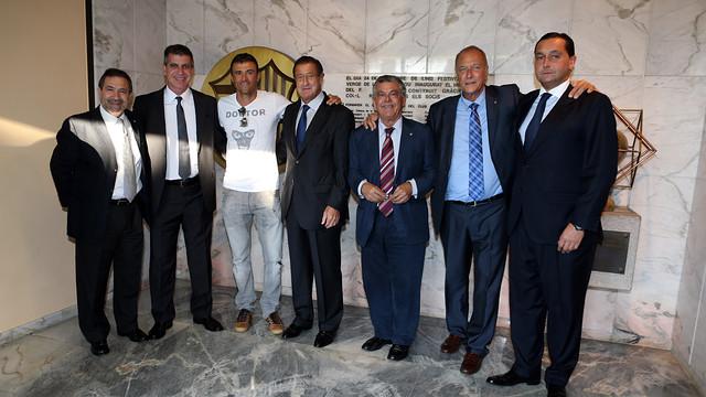Luis Enrique va ser rebut a la Llotja del Miniestadi pel directiu Jordi Mestre on també va coincidir amb el president de l'Sporting de Gijón Manuel Vega-Arango, entre d'altres / FOTO: MIGUEL RUIZ - FCB