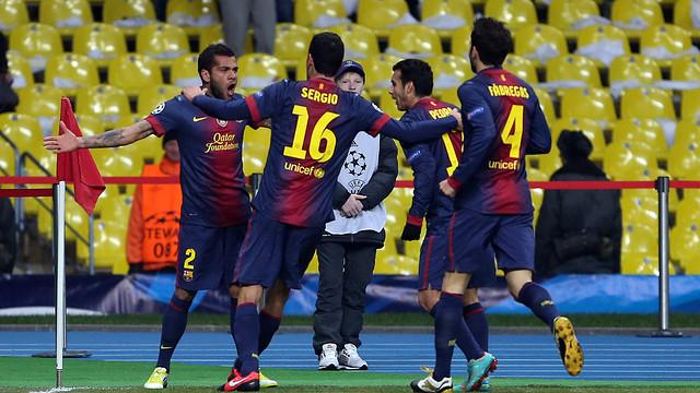 Alves i els seus companys celebren el primer gol a Moscou. FOTO: MIGUEL RUIZ-FCB.