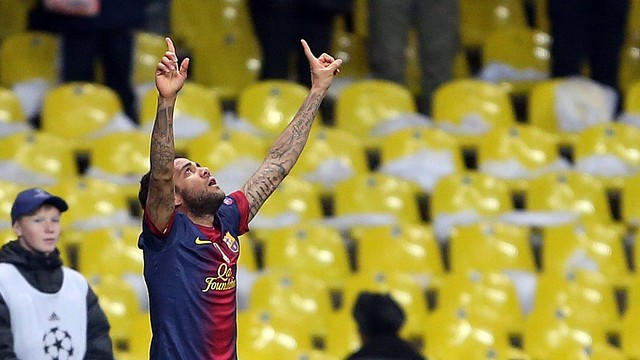 Alves celebrating his goal against Spartak Moscow / PHOTO: Miguel Ruiz - FCB