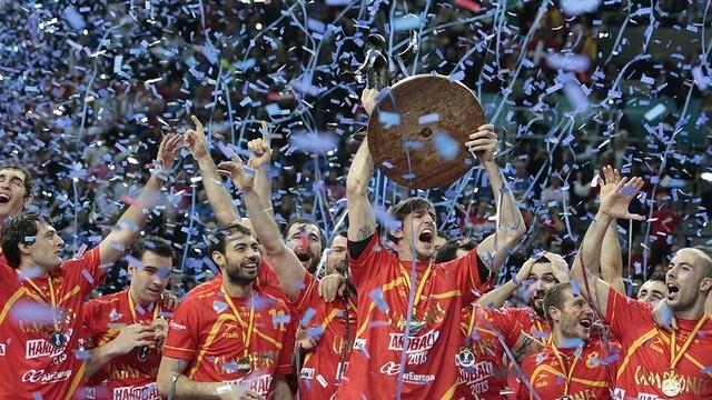 Viran Morros aixecant el trofeu de campions del món de seleccions 2013 /FOTO: Carlos M.Picazas-ARXIU-HandballSpain2013