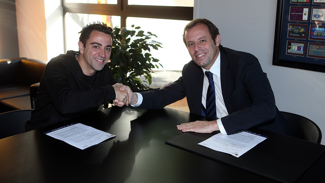 Xavi Hernández with Sandro Rosell / PHOTO: MIGUEL RUIZ - FCB