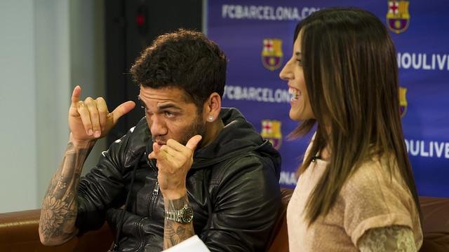 El jugador Dani Alves, fent broma, al costat de la periodista de Barça TV, Laura Aparicio / FOTO: ÁLEX CAPARRÓS-FCB