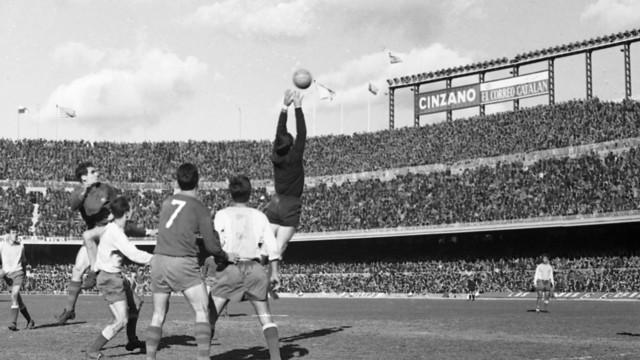 El FC Barcelona &a UD Las Palmas in the match in 1965 PHOTO: ARXIU FCB