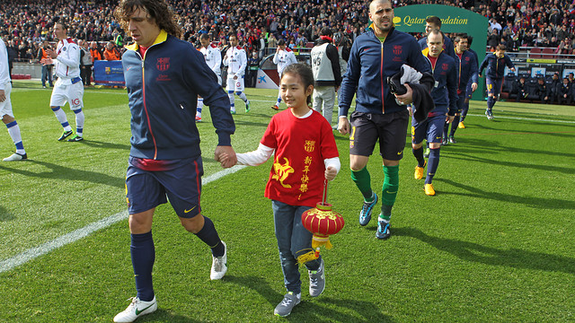 Carles Puyol with Chinese New Year / PHOTO: MIGUEL RUIZ - FCB