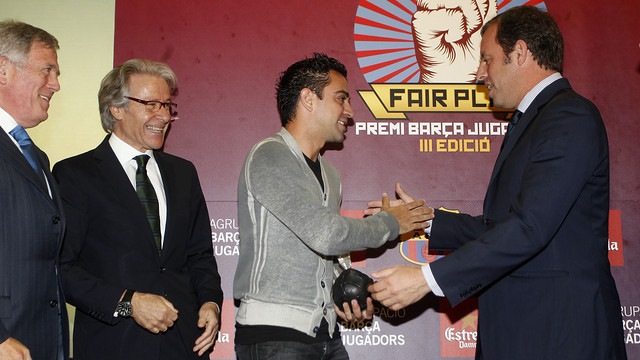 Xavi with Sandro Rosell receiving the trophy / PHOTO: MIGUEL RUIZ - FCB