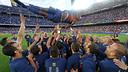 L'equip manteja Abidal durant el seu comiat al Camp Nou / FOTO: MIGUEL RUIZ - FCB