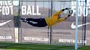 Pinto, aturant una pilota durant un entrenament / FOTO: MIGUEL RUIZ - FCB