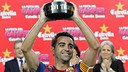 Xavi with the Trofeu Joan Gamper (2011) / PHOTO: MIGUEL RUIZ - FCB.