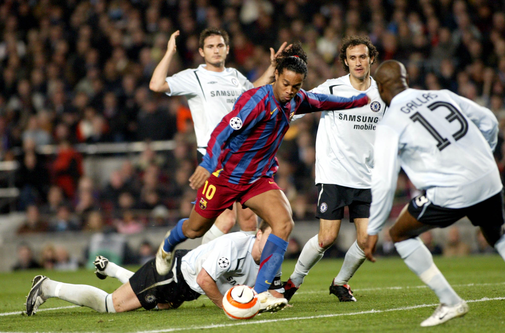 The 10 most spectacular goals scored by Ronaldinho for FC