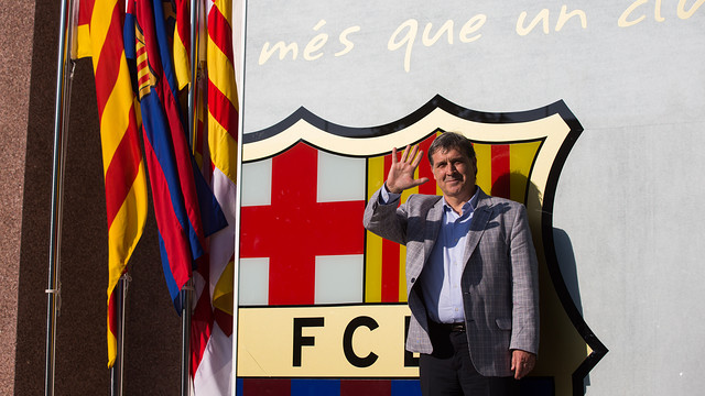 Picture of Gerardo Martino posing by the club crest