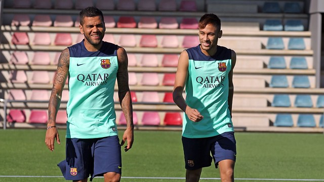 Neymar, with Alves / Photo Miguel Ruiz