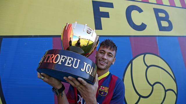 Neymar, amb el Trofeu Joan Gamper. FOTO: MIGUEL RUIZ-FCB.