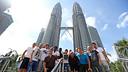 Foto de grup davant les Torres Petronas / FOTO: MIGUEL RUIZ-FCB