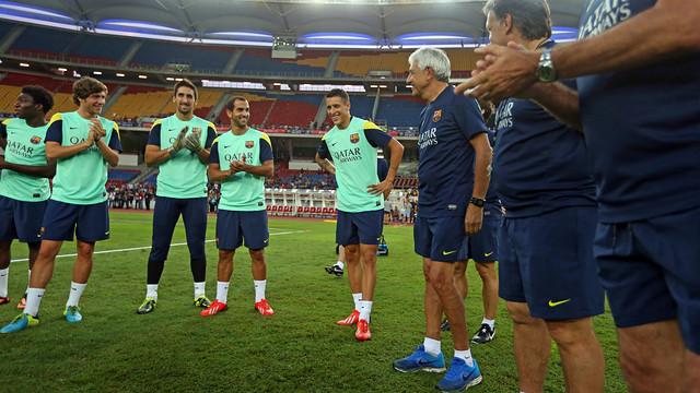 La plantilla ha ovacionado a Tello antes del inicio del entrenamiento / FOTO: MIGUEL RUIZ — FCB