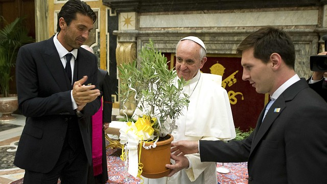 Pope Francis and Leo Messi and Gianluigi Buffon / PHOTO: REUTERS/Osservatore Romano
