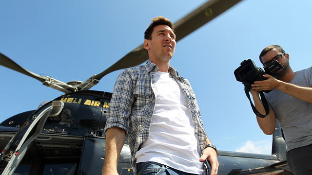 Leo Messi getting off the helicopter that flew from Nice to Monaco / PHOTO: MIGUEL RUIZ - FCB