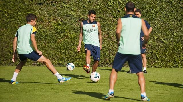 Alves joined part of the training session / PHOTO: VICTOR SALGADO - FCB
