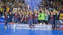 Torras, aixecant el títol de campió. FOTO. V. SALGADO - FCB