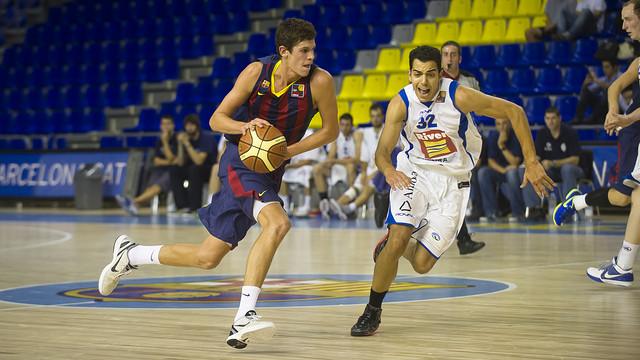 Oriol Paulí, defendido por David Navarro en un partido de la Liga Catalana