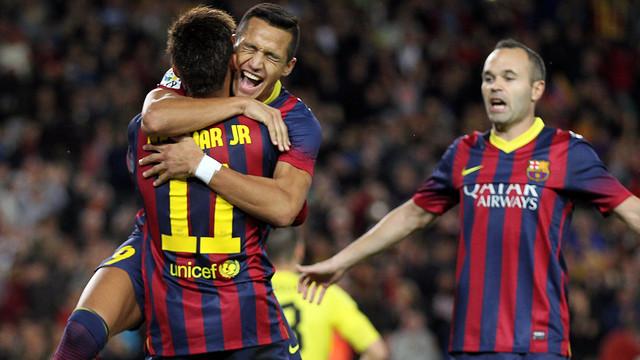 Alexis, Neymar y Iniesta, celebrando un gol.