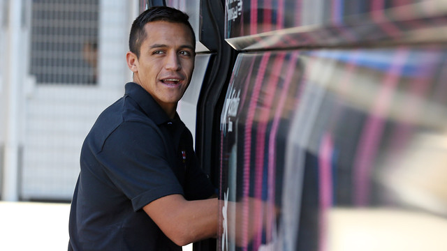 Alexis, pujant a l'autocar. FOTO: MIGUEL RUIZ-FCB.