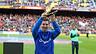 Leo Messi aixeca la Bota d'Or i l'ofereix als assistents sobre la gespa del Camp Nou