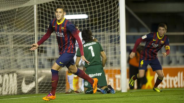 Tonny Sanabria levanta los brazos para celebrar el primer gol del Barça B. / FOTO: VÍCTOR LOZANO-FCB