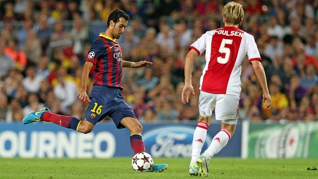 Sergio Busquets against Ajax's player at Camp Nou. FOTO: MIGUEL RUIZ - FCB