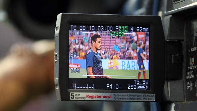 Imagen de una cámara de televisión captando a Neymar