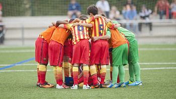 The Aleví D players in a pre-match huddle