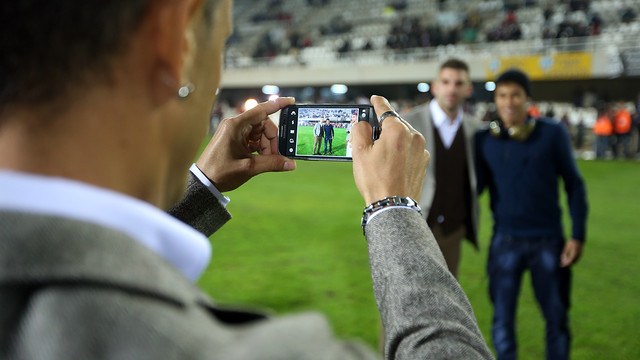 A Cartagena player takes a photo of a team-mate posing with Neymar / PHOTO: MIGUEL RUIZ - FCB