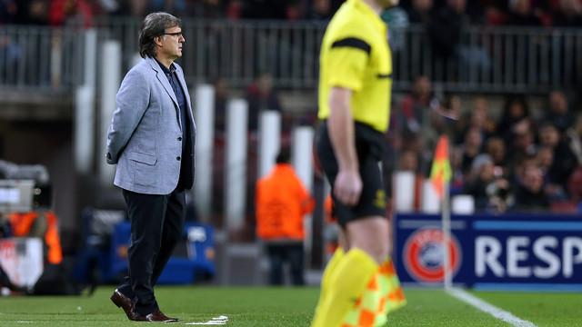 Tata Martino mirant el partit del Barça contra el Celtic