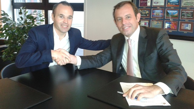 Andrés Iniesta and Sandro Rosell signed the former's new contract / PHOTO: MIGUEL RUIZ - FCB