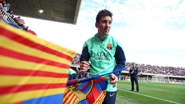 Leo Messi signing autographs
